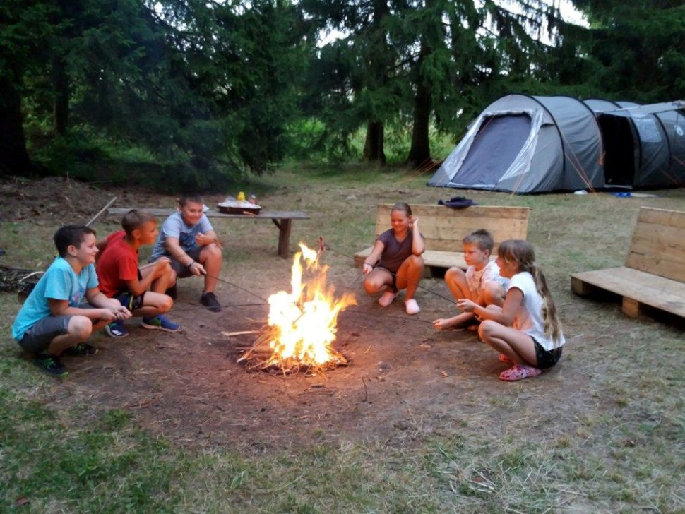 letní dětský tábor 2020 večerní ohýnek abuřty
