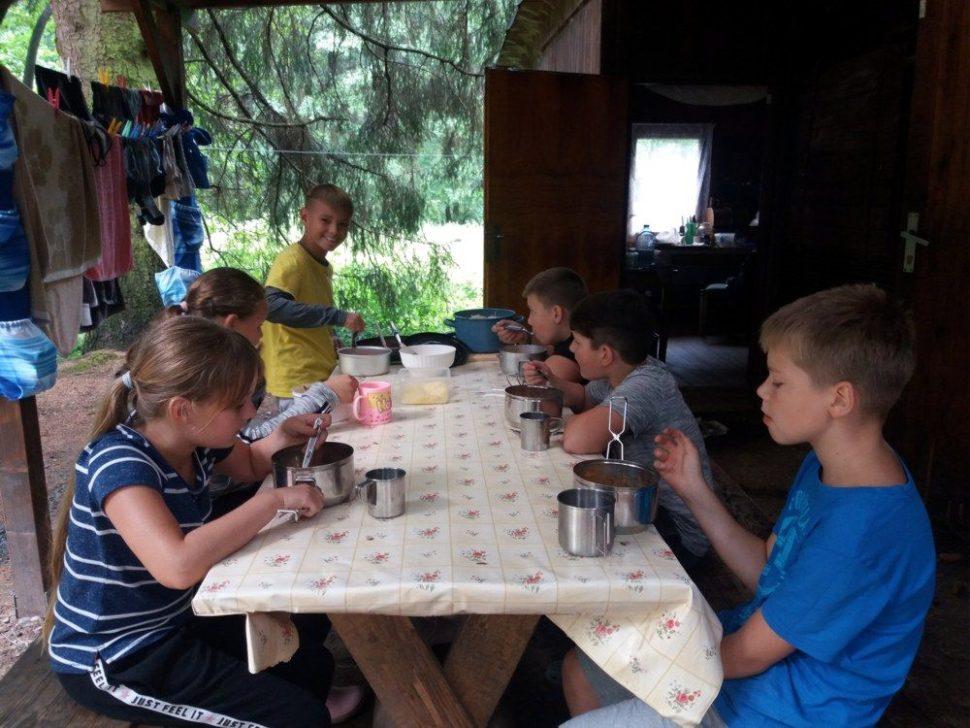 letní dětský tábor 2020 dáme jídlo